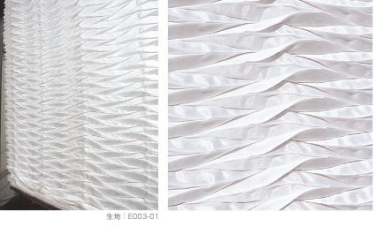 生地にプリーツの形状記憶加工を施した白いファブリック