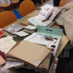 机の上に生地見本やサンプルにレール見本など