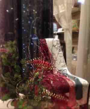 奥にカーテンやカーテン生地、手前にクリスマス風の飾り