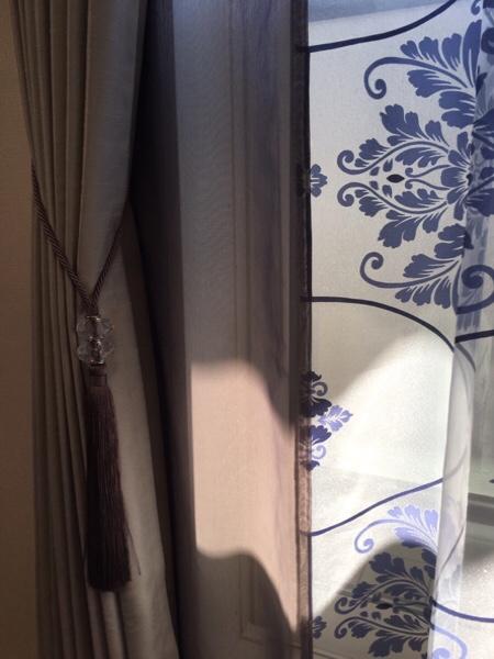 カーテンの端の部分。青い柄の生地とブルーグレイの生地が繋がっている様子