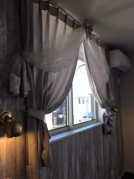 窓辺のカーテンの上にウェディングヴェールが飾られている様子