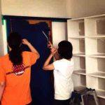 ドアをペイントでネイビーに塗り替えている写真