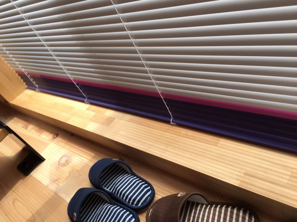ブラインドの裾部分。白色の下段に赤、青色が使われている。