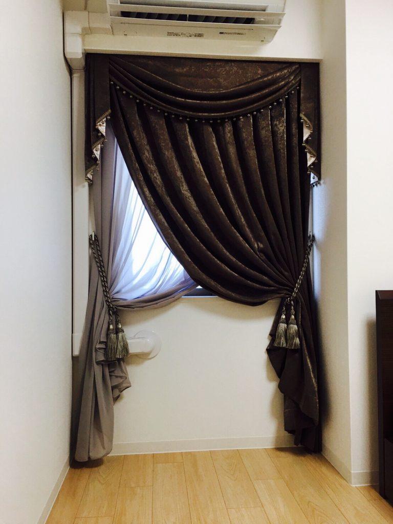 カーテンを片側ずつに束ねた様子