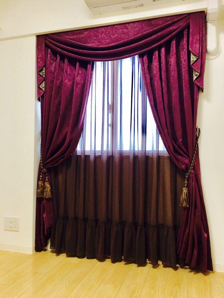 シックなカラーのカーテン。
