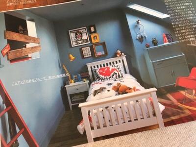 壁が青い部屋の様子。中央にベッドが置かれている。
