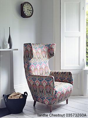 白い部屋にカラフルなデザイン生地の椅子が置かれている
