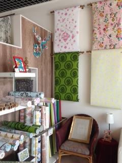 店内で壁紙を販売しているコーナーの写真、色んな種類の壁紙が陳列されている