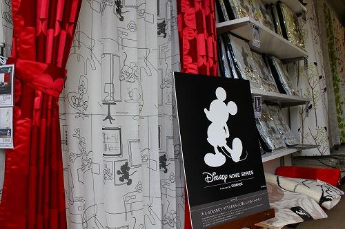 san-ai店内ディズニーコーナーのミッキー柄のカーテンがディスプレイされている写真