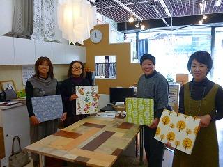 インテリア講習会の参加者の方々が自作した壁紙パネルを持って記念撮影