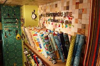 壁紙専門店の写真、店内にはたくさんの壁紙が陳列している