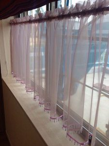 レースのカフェカーテンが掛かった120c巾の窓