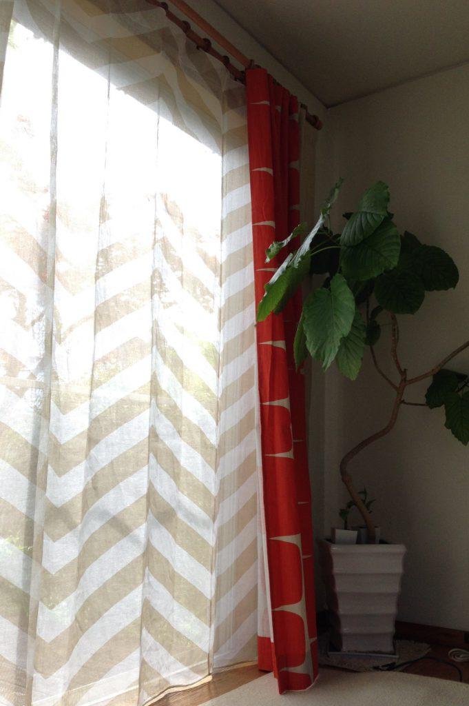 窓辺に置かれた観葉植物とカーテン